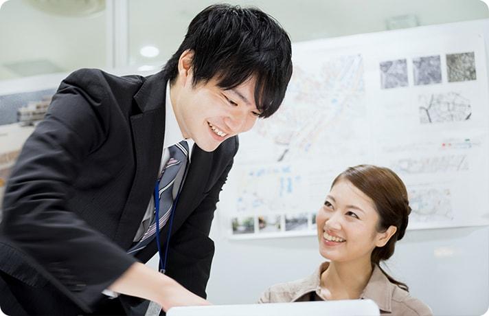 上司の男性と部下の女性が話しているイメージ