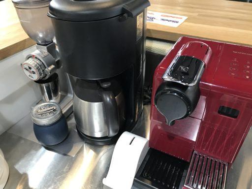 キッチンに並んだコーヒーマシン