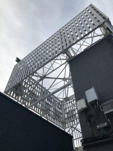 浅間商事の上野本社ビル屋上看板(下から撮影)