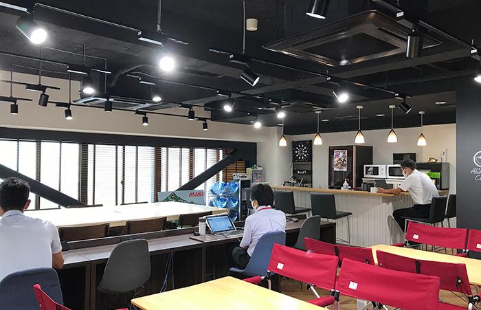 サービスチームの朝礼風景(カフェスペースからの参加)